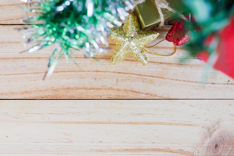 Árvore dos chirstmas do unter das caixas de presente e das estrelas na placa de madeira foto de stock royalty free