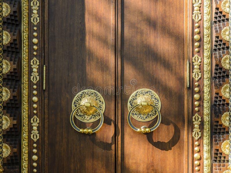 ?rvore dourando e monumental entrada, portas, portas a um templo budista o conceito da prote??o segura imagem de stock