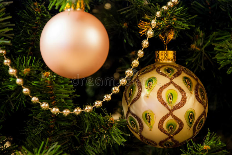 Árvore e bolas de Natal imagens de stock royalty free
