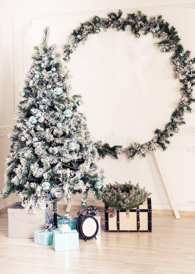 Árvore e caixas de presente decoradas de abeto na sala de visitas fotografia de stock royalty free