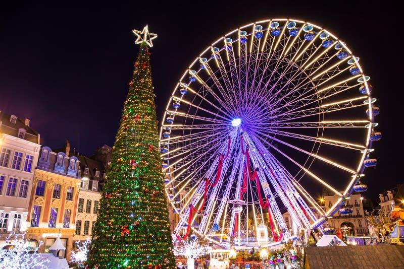 Árvore e carrossel espetaculares de Natal em surpreender Bruges Bélgica fotos de stock