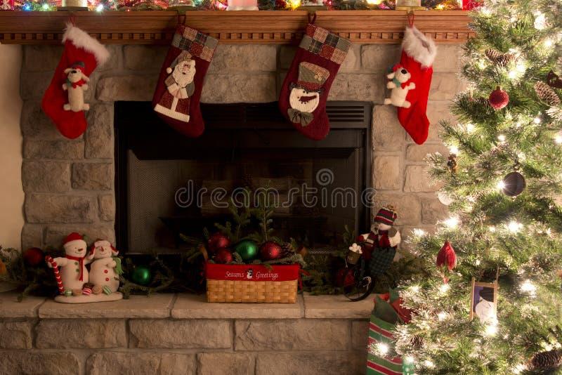 Árvore e chaminé de Natal com meias do Natal imagens de stock royalty free