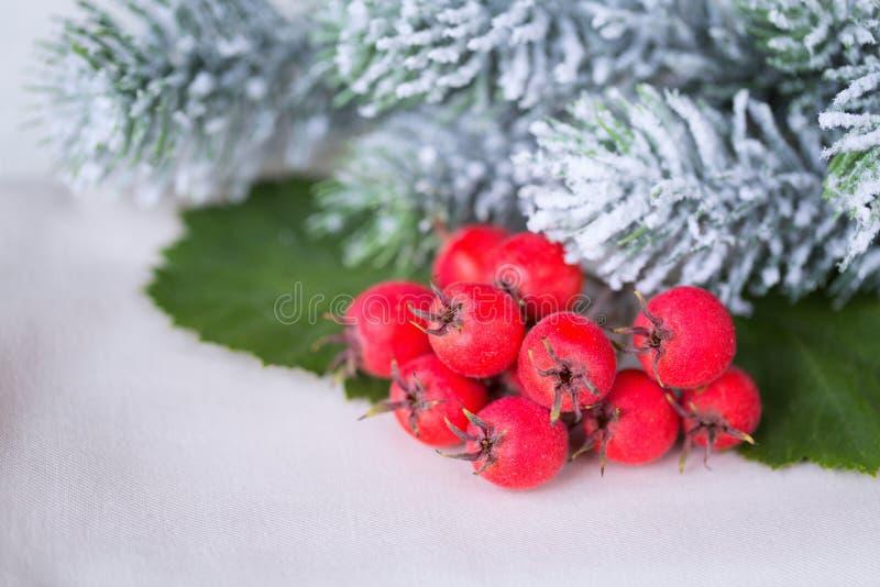 Árvore e decorações de Natal sobre o fundo da neve fotos de stock royalty free