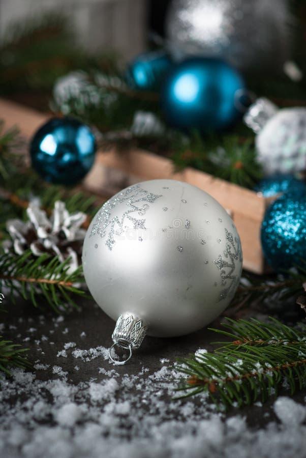 Árvore e decorações de prata de abeto dos cones do pinho da quinquilharia do Natal imagens de stock royalty free