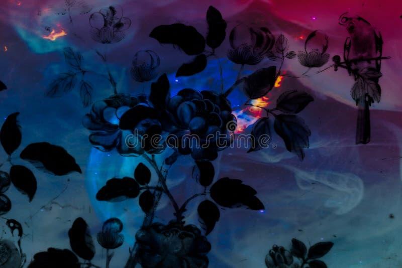 Árvore e flores abstratas bonitas no roxo azul cor-de-rosa colorido e nos planetas fundo e papel de parede do sistema solar imagens de stock
