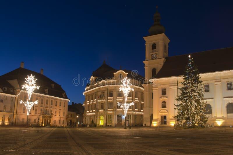 Árvore e luzes de Natal na praça da cidade velha imagens de stock