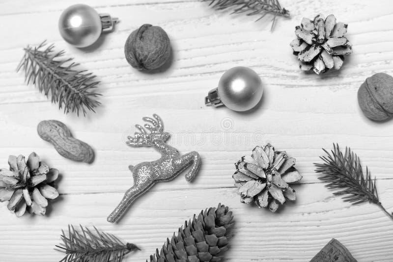 Árvore e objetos de Natal em um fundo de madeira branco foto de stock royalty free