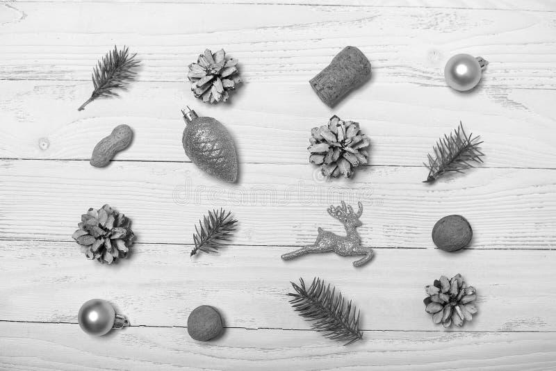 Árvore e objetos de Natal em um fundo de madeira branco imagem de stock