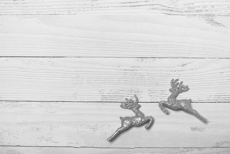 Árvore e objetos de Natal em um fundo de madeira branco imagens de stock royalty free