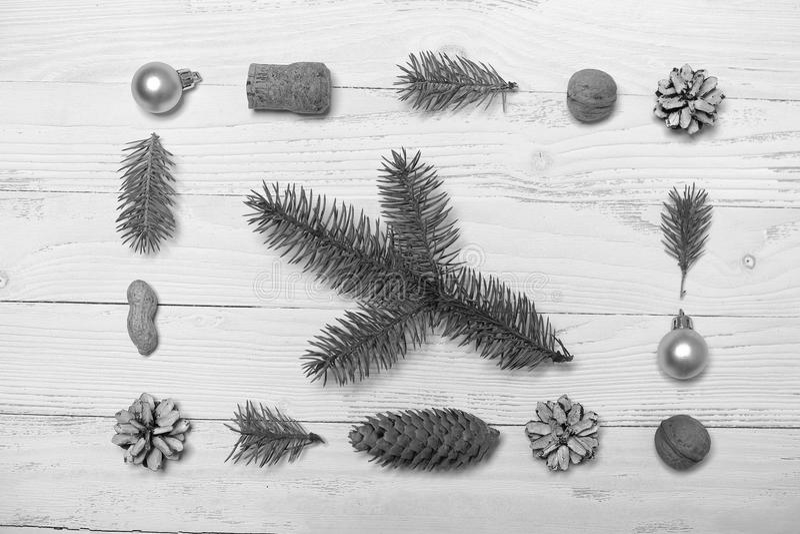 Árvore e objetos de Natal em um fundo de madeira branco fotografia de stock royalty free