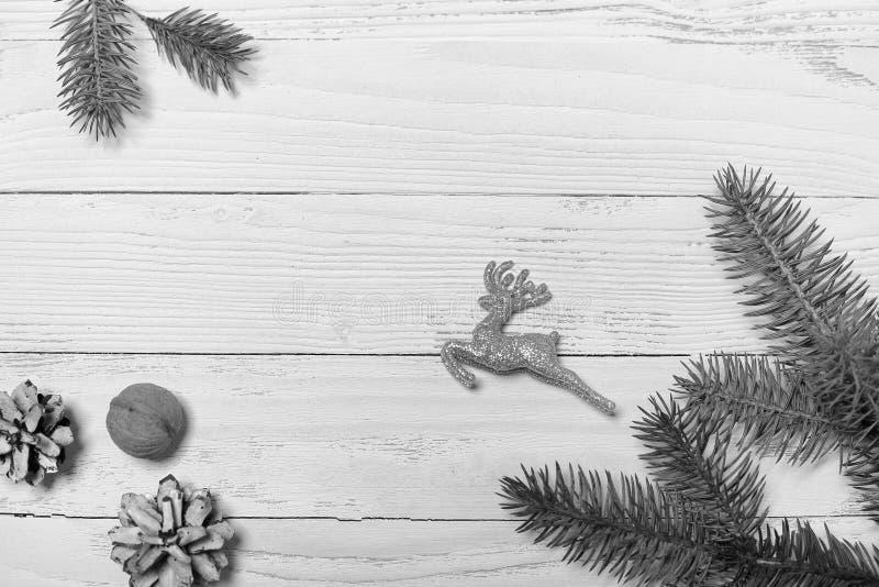 Árvore e objetos de Natal em um fundo de madeira branco imagens de stock