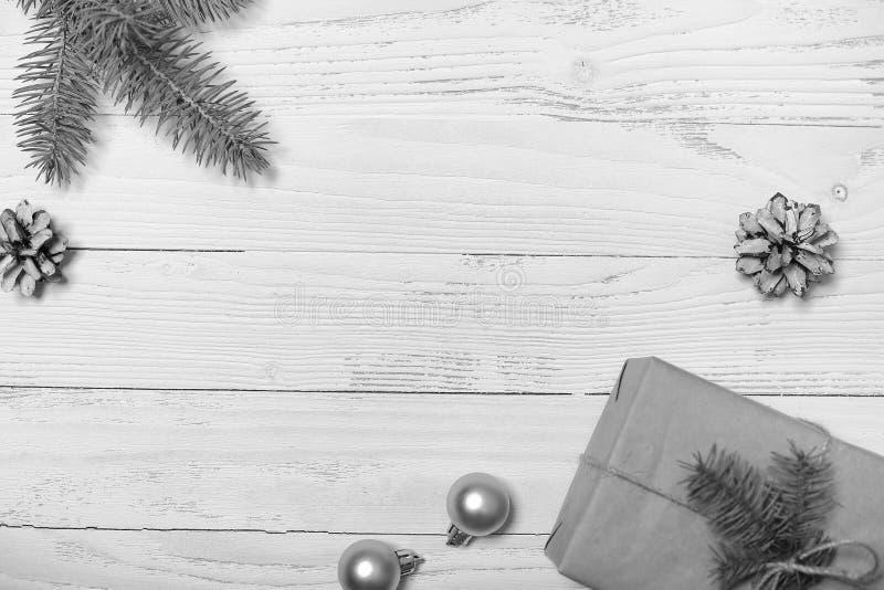 Árvore e objetos de Natal em um fundo de madeira branco fotos de stock