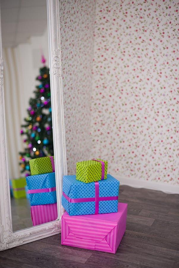 A árvore e os presentes de Natal refletiram no espelho imagem de stock