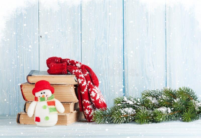 Árvore, livros e boneco de neve de abeto do Natal imagem de stock