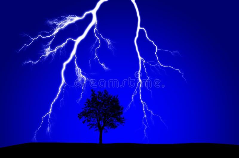 Árvore mostrada em silhueta próxima impressionante do relâmpago imagens de stock