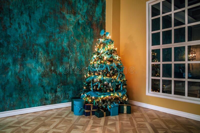 Download Árvore Verde Do Ano Novo Decorada Foto de Stock - Imagem de decorativo, clássico: 80100604