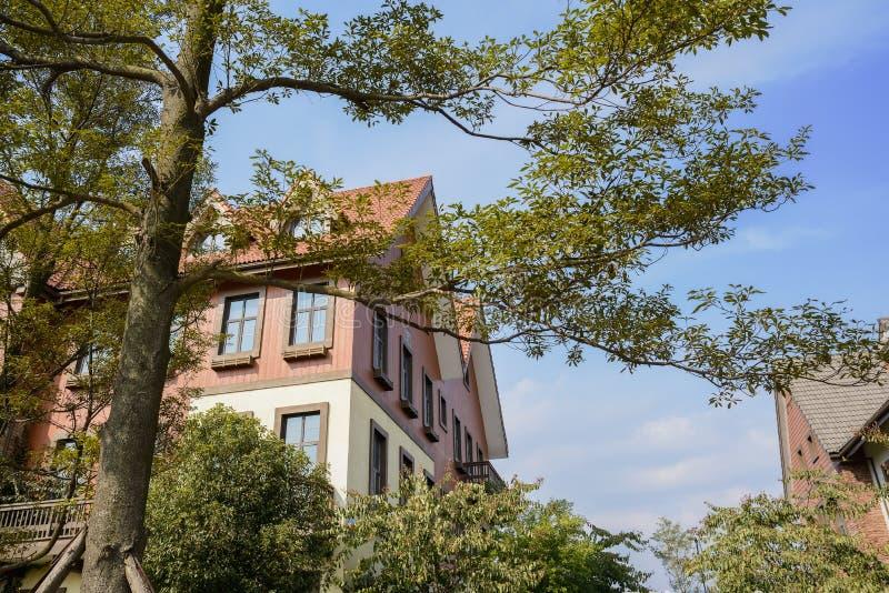Árvores antes das construções exóticas no meio-dia ensolarado do inverno fotos de stock royalty free