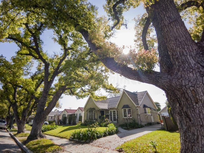 Árvores, construção, carro de San Gabriel urbano fotografia de stock royalty free