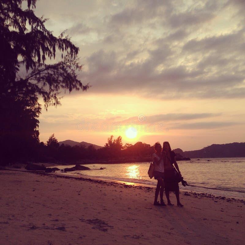 Árvores da nuvem da natureza do mar da areia da praia do amor do menino da menina dos amantes do por do sol de Tailândia KoPhanga foto de stock