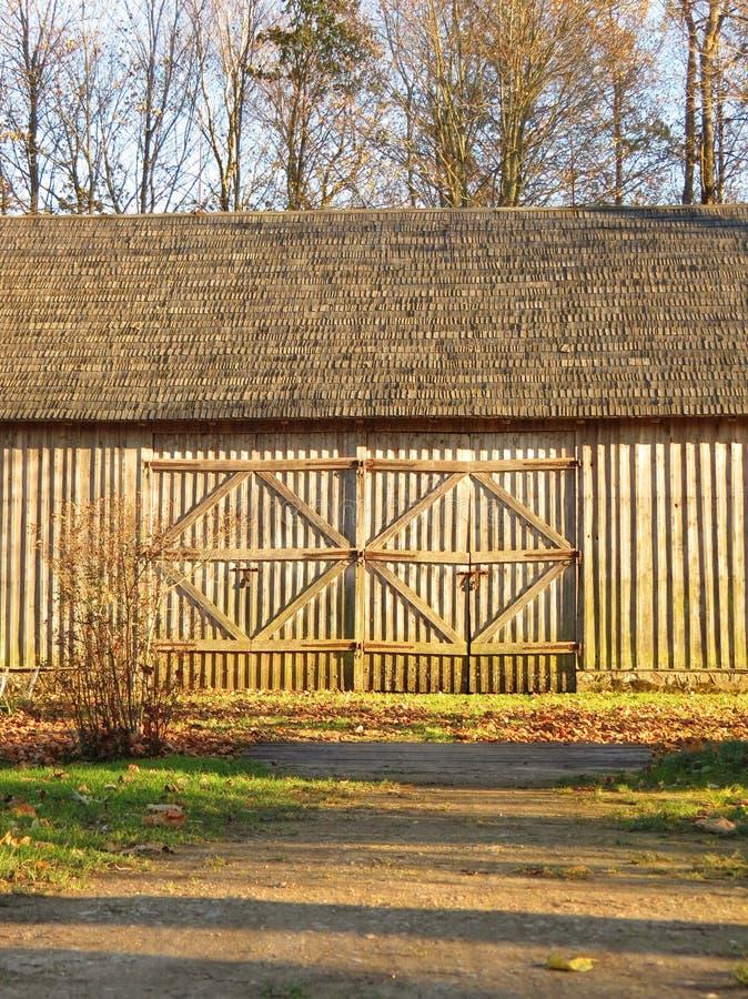 Árvores de madeira velhas do celeiro e do outono, Lituânia imagem de stock