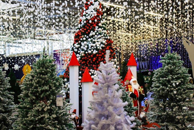Árvores de Natal belamente decoradas com as bolas e as festões vermelhas, brancas Projeto e cenário, conceito do ano novo s, feri foto de stock royalty free