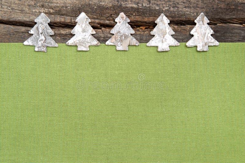 Árvores de Natal de madeira com tela verde no backgrou de madeira cinzento foto de stock