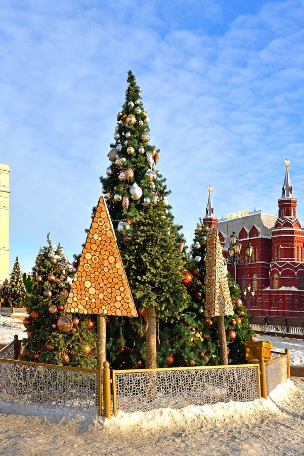 Árvores de Natal no quadrado de Manege Moscovo, Rússia fotos de stock royalty free