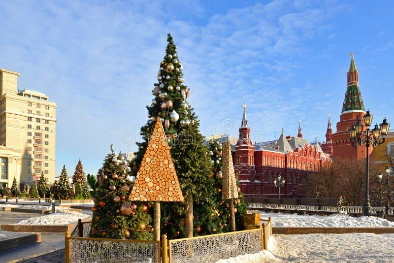 Árvores de Natal perto do Kremlin no quadrado de Manege Moscovo, Rússia fotos de stock