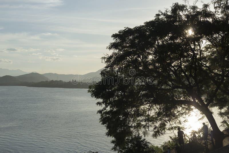 Árvores e rio do perfume no pagode de Linh Mu em Huê em Vietname foto de stock royalty free