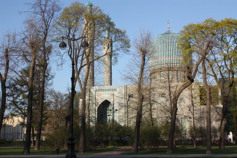 árvores no fundo da mesquita fotos de stock royalty free