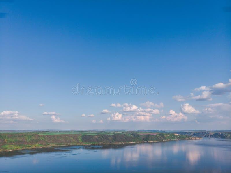 ?rvores novas, planta??es nas inclina??es Vista a?rea na garganta de Dniester, rio, ba?a de Bakota no parque nacional Podilski To fotos de stock