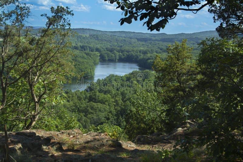 Árvores que quadro Hart Ponds abaixo do cume da montanha áspera, Connecticut imagem de stock