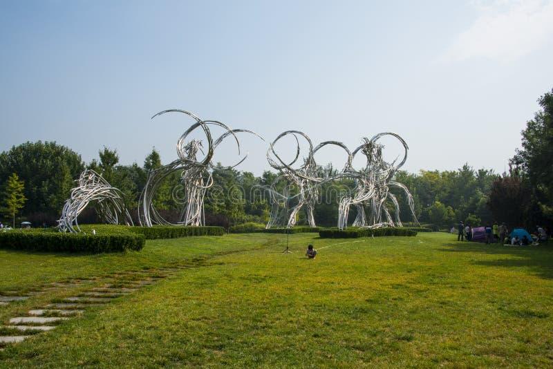 Ásia China, Pequim, Forest Park olímpico, escultura da paisagem, estrada dos atletas fotos de stock