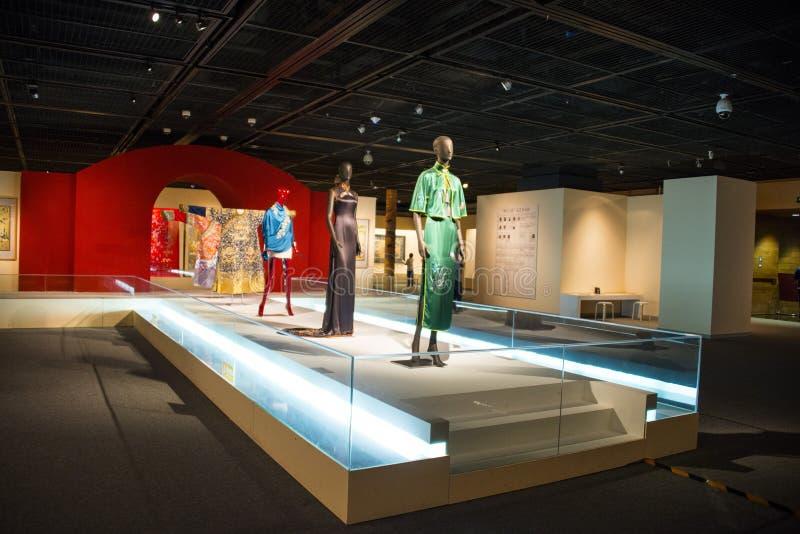 Ásia China, Pequim, museu principal, sala de exposições interna, ¼ Œcheongsam do clothingï do estilo chinês foto de stock