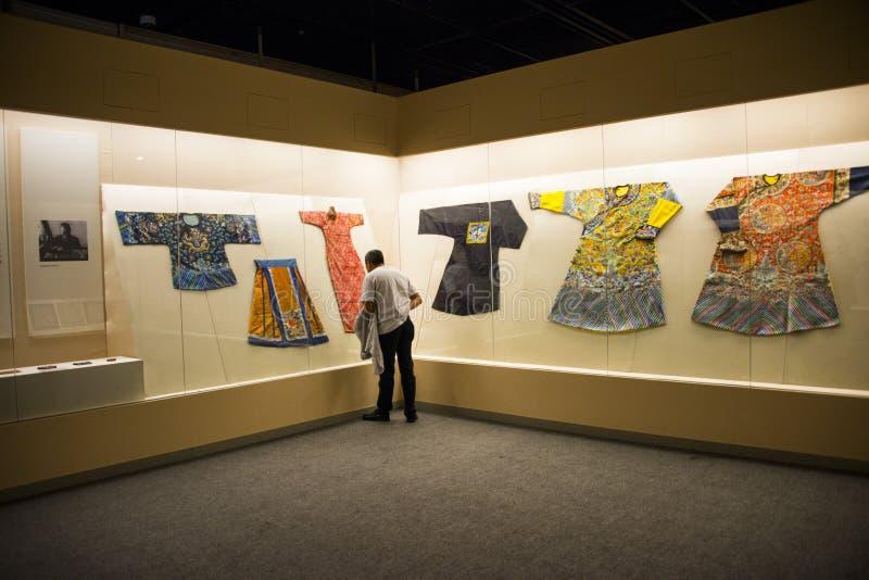 Ásia China, Pequim, museu principal, sala de exposições interna, vestido real de imitação imagens de stock royalty free