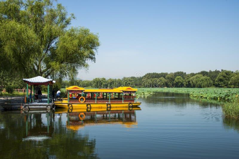 Ásia China, Pequim, o palácio de verão, cena do lago, um navio de cruzeiros foto de stock royalty free