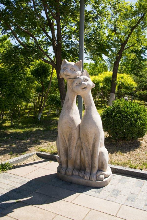 Ásia China, Pequim, Yang Shan Park, gatos de ŒTwo do ¼ do sculptureï da paisagem fotografia de stock