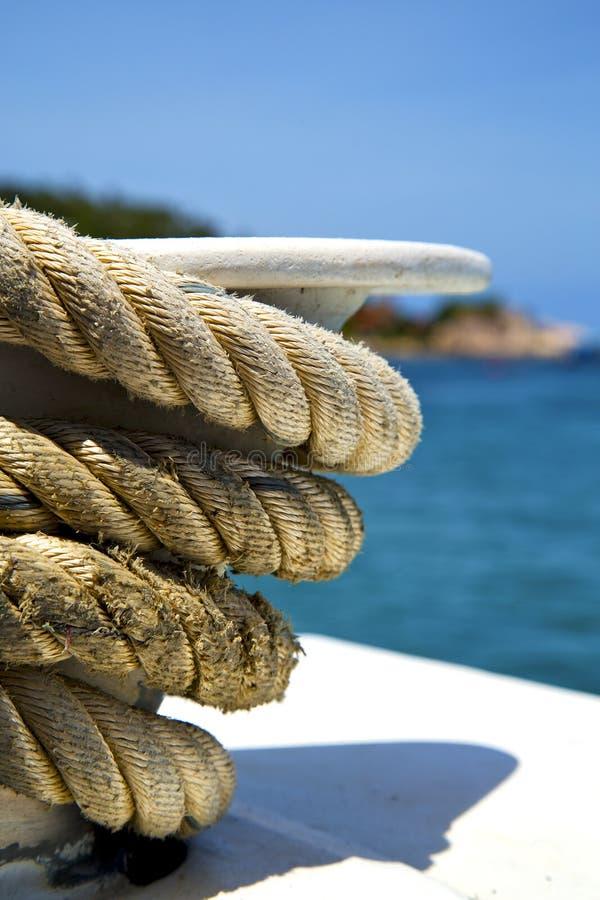 Ásia na corda branca do navio da ilha da baía de tao do kho e no anch sul imagem de stock