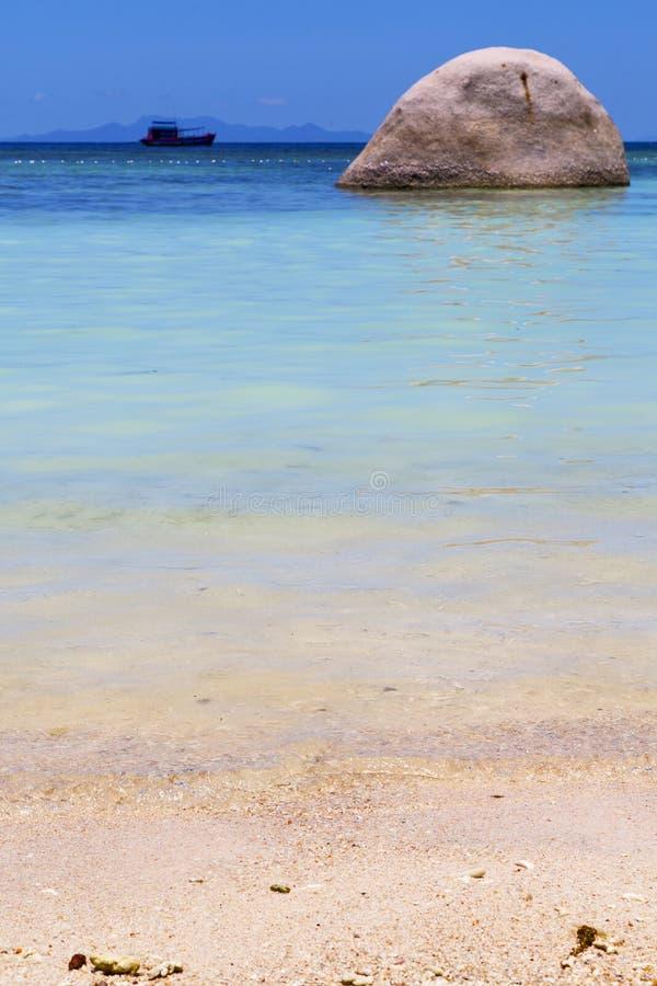 Ásia na praia branca da ilha da baía de tao do kho balança a casa foto de stock royalty free