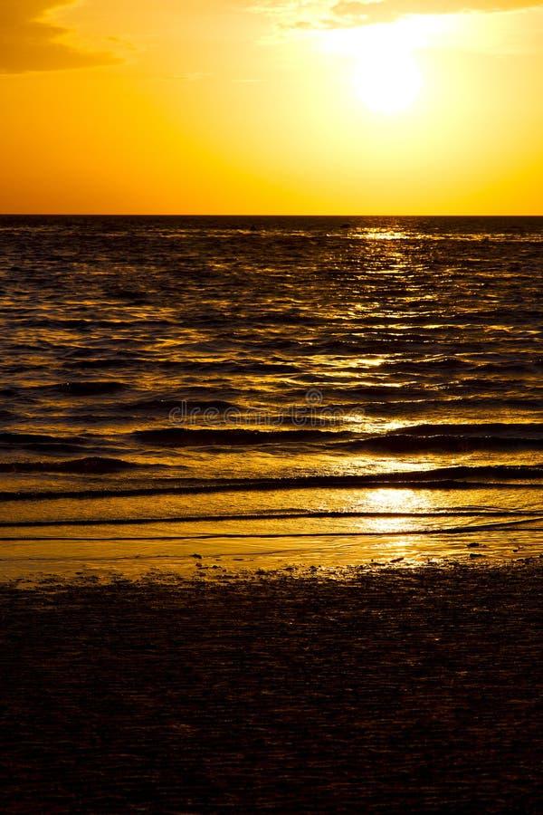 Ásia no mar do Sul da China do por do sol da ilha da baía de tao do kho fotografia de stock royalty free