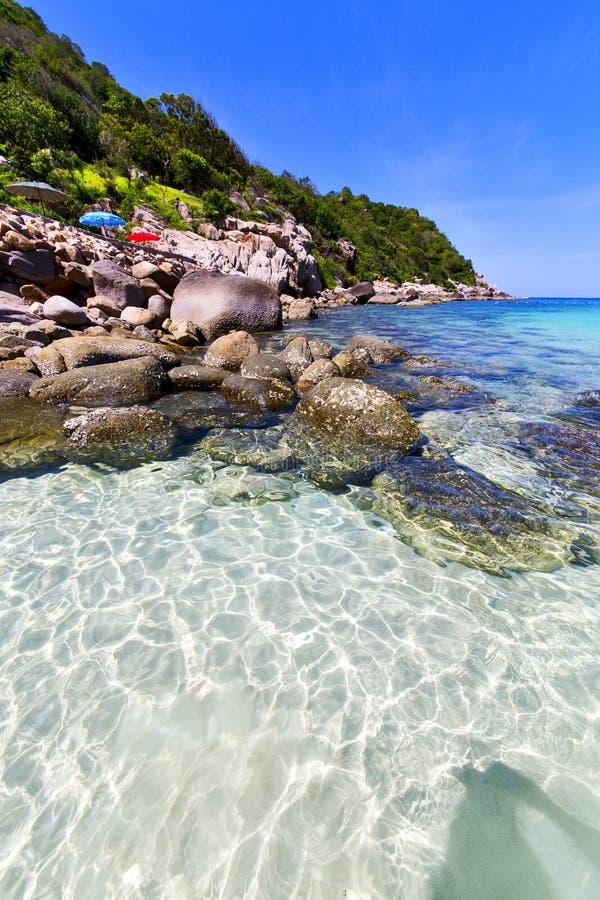 Ásia no parasol branco da praia da ilha de tao do kho da baía foto de stock