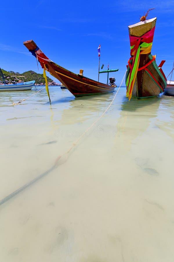Ásia a praia branca da ilha da baía de tao do kho balança a âncora da casa foto de stock royalty free