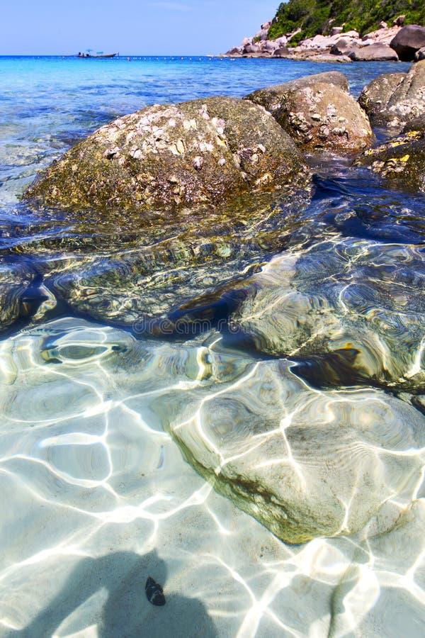 Ásia a praia branca da ilha da baía de tao do kho balança o mar da porcelana imagem de stock