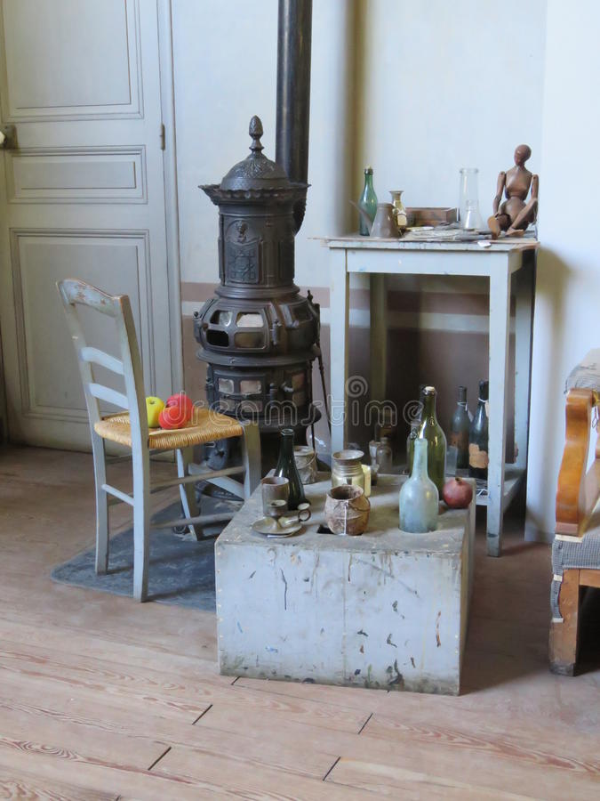 Ático de los pintores con los objetos preferidos y la estufa antigua fotos de archivo