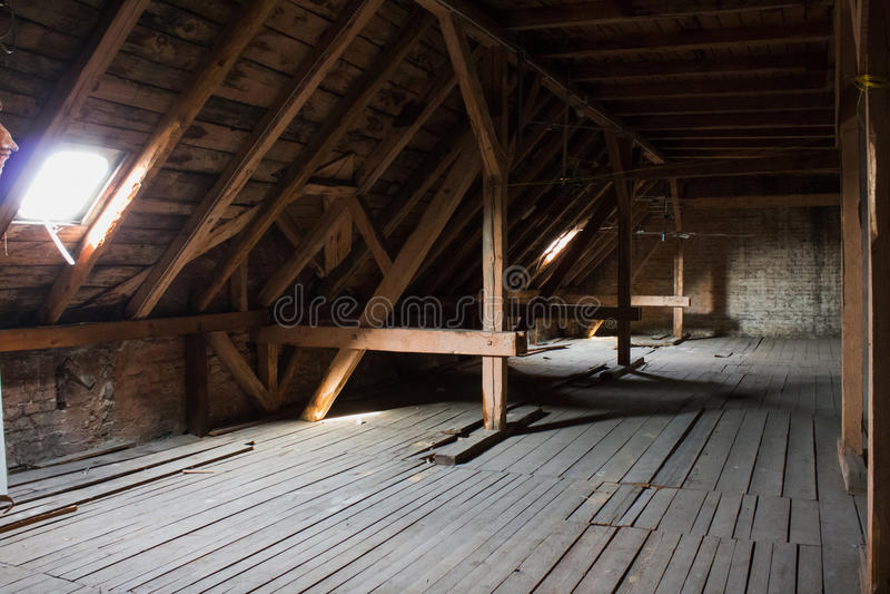 Ático, desván viejo/tejado antes de la construcción foto de archivo