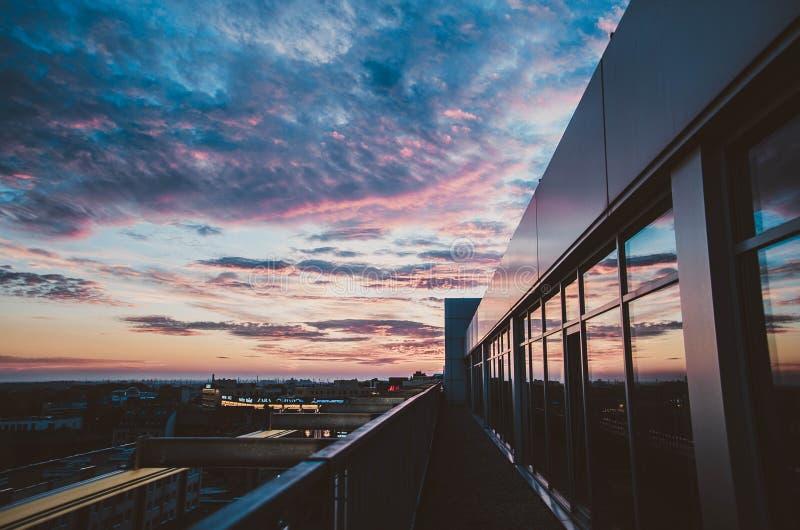 Ático en la puesta del sol fotografía de archivo