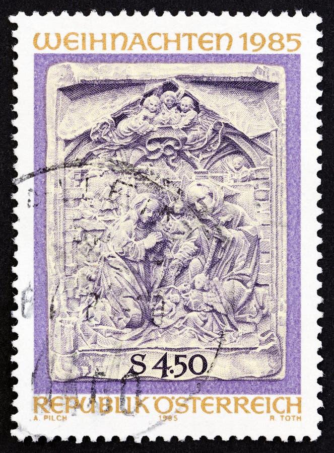 ÁUSTRIA - CIRCA 1985: Um selo impresso na Áustria mostra Adoration of the Cristo Child Marble Relief, por volta de 1985 imagem de stock royalty free
