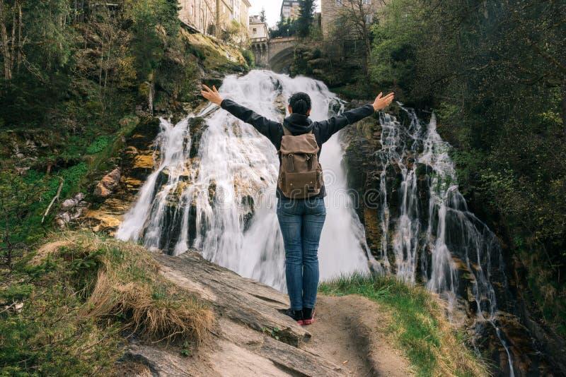 Áustria Gastein ruim Menina na cachoeira no alpino foto de stock