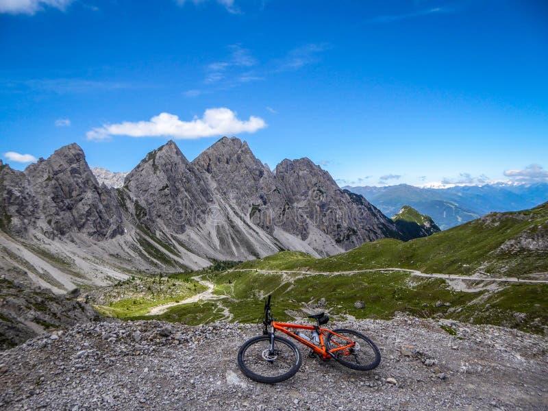 Áustria - Mountainbiking em Tirol do leste imagem de stock royalty free