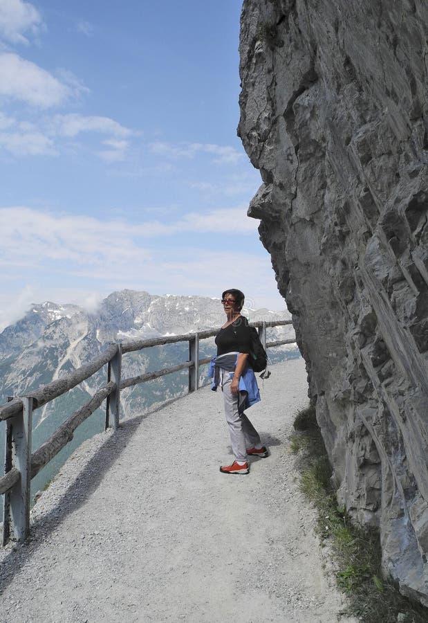 Áustria, mulher no trajeto da montanha imagens de stock